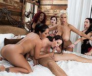 Смотреть групповое порно с грудастыми МИЛФ шлюшками - 1