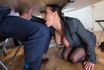 Сексуальная брюнеточка с большими сисечками ебется в пизду в офисе