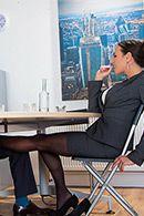 Сексуальная брюнеточка с большими сисечками ебется в пизду в офисе #1