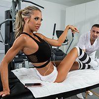 Сексуальная спортсменка с упругой попкой ебется в пизду на массаже