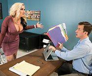 Смотреть групповой секс в офисе с молодой и зрелой блондинками - 1