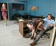 Смотреть групповой секс в офисе с молодой и зрелой блондинками - 2