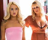 Лесбийское порно молоденькой блондинки с татуированной шикарной мамашей - 1