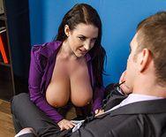 Страстный секс аппетитной секретарши со своим боссом на столе - 2