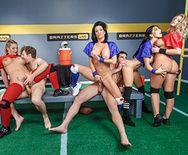 Групповой секс с грудастыми спортсменками - 5