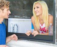 Смотреть трах в пизду молоденькой блондинки с качком в магазине - 1