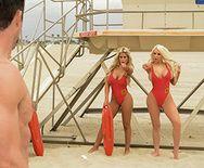 Секс втроем двух горячих сексуальных блондинок с взрослым самцом - 1