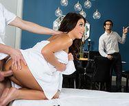 Анал массажиста с стервозной сексуальной брюнеткой на столе - 2