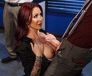 Секс шикарной брюнетки секретарши в чулках с чуваком в офисе - 1