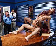 Секс шикарной брюнетки секретарши в чулках с чуваком в офисе - 4