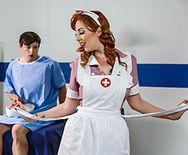 Трах в пизду рыжей татуированной медсестры с молоденьким студентом - 1
