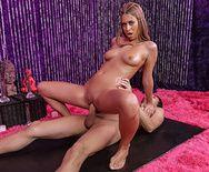 Секс милой длинноволосой юной девочки массажистки с взрослым мужиком - 2
