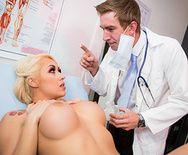 Секс милой шикарной блондинки с доктором в больнице - 1