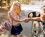 Секс с молодой блондинкой в машине - 1