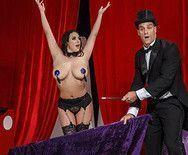 Анал пышногрудой сексуальной брюнетки с фокусником на сцене - 1