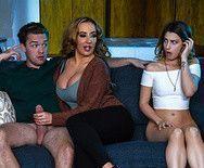 Порно зрелой сексуальной мамаши и молоденькой дочери с парнем на диване - 1