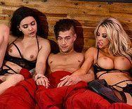 Порно двух привлекательных красоток с молодым парнем на кровати - 5