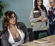Страстный секс привлекательной молодой студентки с преподавателем на столе - 1