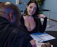 Межрассовый секс горячей грудастой брюнетки с негром в на столе - 1