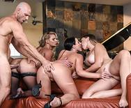 Групповой секс трех шикарных грудастых телок с накаченным чуваком - 3