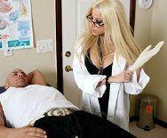 Жаркий секс пациента с безупречной молодой докторшей - 1