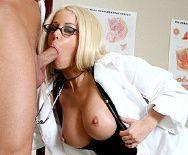 Жаркий секс пациента с безупречной молодой докторшей - 2