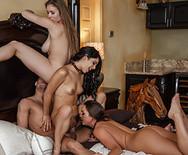 Групповое порно сексуальных стриптизерш с известным рокером в отеле - 4