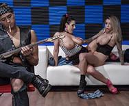 Горячий групповой секс двух аппетитных сексуальных телок с музыканом - 2