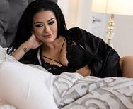 Порно шикарной татуированной брюнетки с новым другом на кровати - 1