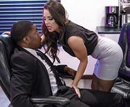 Межрассовое порно возбужденной брюнетки со своим начальником на столе - 1
