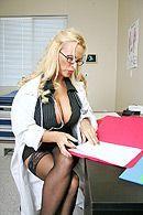 Горячее порно в больнице шикарной медсестры в чулках с пациентом #1