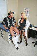 Горячее порно в больнице шикарной медсестры в чулках с пациентом #3
