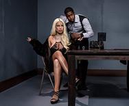 Жесткий межрассовый анал богатой аппетитной блондинки с полицейским на столе - 2
