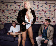 Жесткий анал развратной горячей блондинки с двумя самцами - 5