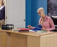 Страстное порно сексуальной училки с отцом ученика на столе - 1