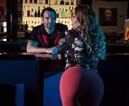 Секс горячей стройной шатенки с тренером в боулинг клубе - 1
