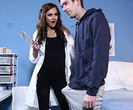Красивый секс шикарной молодой медсестры с пациентом в больнице - 1