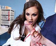 Красивый секс шикарной молодой медсестры с пациентом в больнице - 2