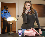 Межрассовый секс молоденькой пошлой студентки с темнокожим охранником в библиотеке - 1