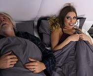 Секс измена горячей стройной шатенки с чуваком на кровати - 1