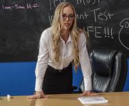 Секс втроем развратной училки и молоденькой худой студентки с чуваком на столе - 1