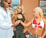 Смотреть секс втроем со страстной парочкой привлекательных блондинок - 1