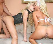 Смотреть секс втроем со страстной парочкой привлекательных блондинок - 4
