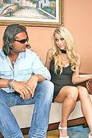 Смотреть секс втроем со страстной парочкой привлекательных блондинок #4