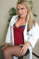 Молоденькая блондинка медсестра в чулках трахается с больным пациентом #1