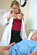 Молоденькая блондинка медсестра в чулках трахается с больным пациентом #5