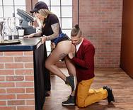 Порно с грудастой татуированной баристой - 2