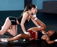 Лесбийское порно молоденьких спортивных малышек на бойцовском ринге - 2