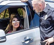 Трах возбужденной молоденькой латинки с полицейским на столе - 1