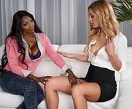 Межрассовый лесбийский секс темнокожей грудастой телки и сексуальной блондинки - 1